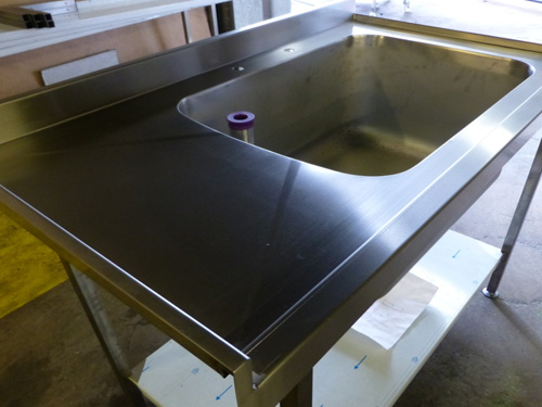 1300mm fully anti drip, large pan sink with small cranked drainer. Upstands to rear & left, plus undershelf. Unit comes on adjustable feet as standard.